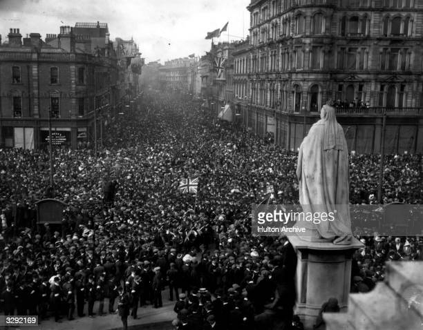 Unionists making their way to City Hall Belfast to sign Carson's Solemn League and Covenant pledging themselves to resist Home Rule