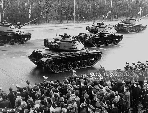 *Politiker Demokraten USA35 USPräsident 19611963Trauerparade der amerikanischen Armee in Berlin Zehlendorf