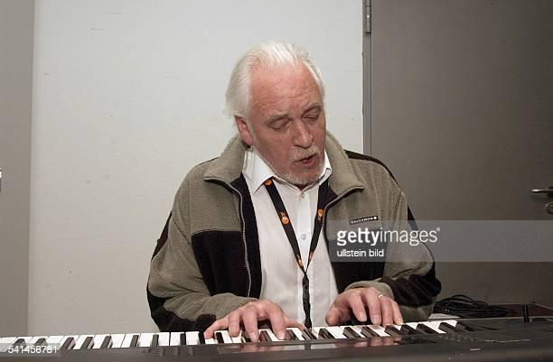 Musiker Keyboarder Sänger Grossbritannienspielt Keyboard und singt