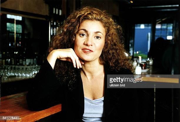 Schauspielerin DPorträt am Tresen lehnendSeptember 1998