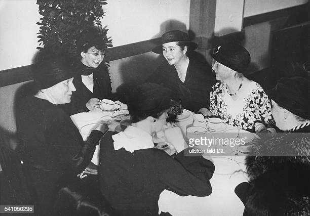 *29101879Diplomat Politiker D Frau Sahm Martha von Papen Margarethe von Siemens Hildegard von Girke Anni Gallus und Frau von Levezow bei einem...