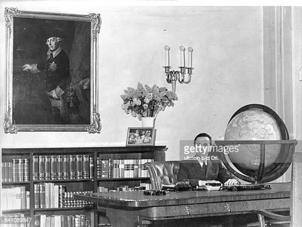 *29101897Politiker NSDAP D in seinem Arbeitszimmer etwa 1936