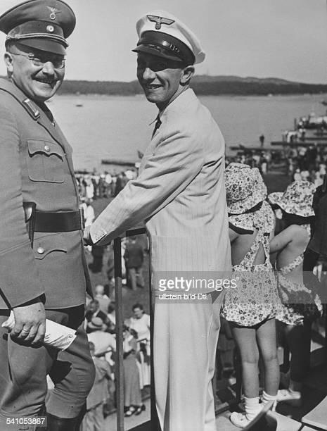 *29101897Politiker NSDAP D mit den Töchtern Helga und Hilde beieiner Ruderregatta auf der Rennstreckeauf dem Unterlauf der Dahme in Grünau