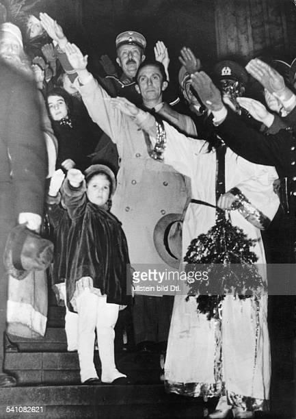 *29101897Politiker NSDAP D mit Tochter Helga bei der Eröffnungdes Weihnachtsmarktes am Funkturm inBerlin hinter Goebbels SAFührerAugust Wilhelm Prinz...