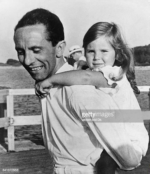 *29101897Politiker NSDAP D mit Tochter Helga während eines Urlaubsauf der Seebrücke des mecklenburgischenOstseebades Heiligendamm 1935