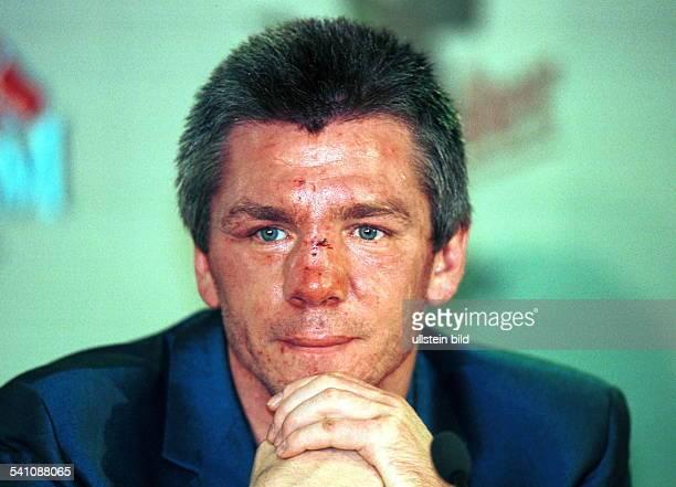 Sportler Boxen DPorträt mit geschwollenem und wunden Gesicht bei der Pressekonferenz nach seinem verlorenen WMKampf gegen Michalczewski