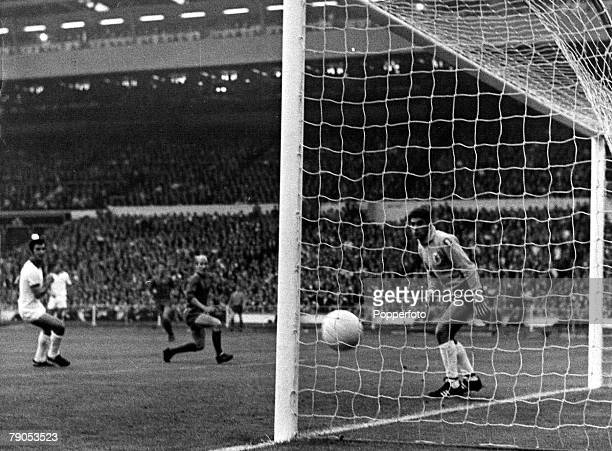29th MAY 1968 European Cup Final Wembley London Manchester United v Benfica Manchester United's Bobby Charlton scores the first goal with Benfica...