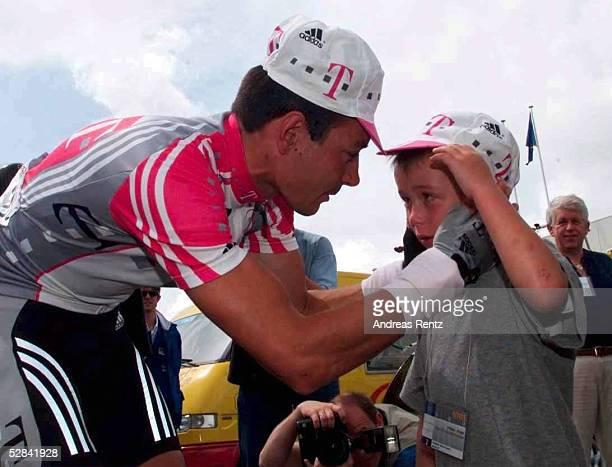 Etappe CHALLANS ST NAZAIRE Erik ZABEL/TELEKOM mit seinem Sohn Rick