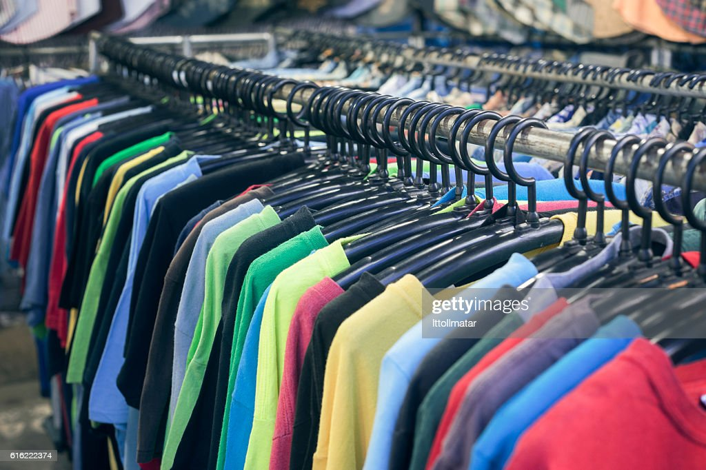 2nd hand sale clothes rack,fashion for men : Stockfoto