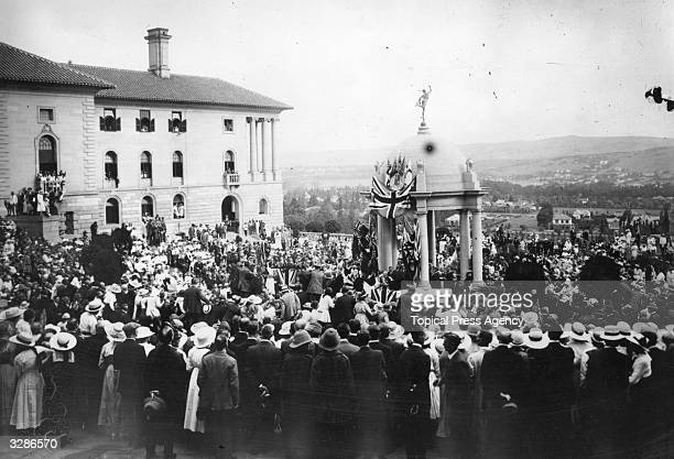 Crowds greet the news of the signing of the armistice in Pretoria.