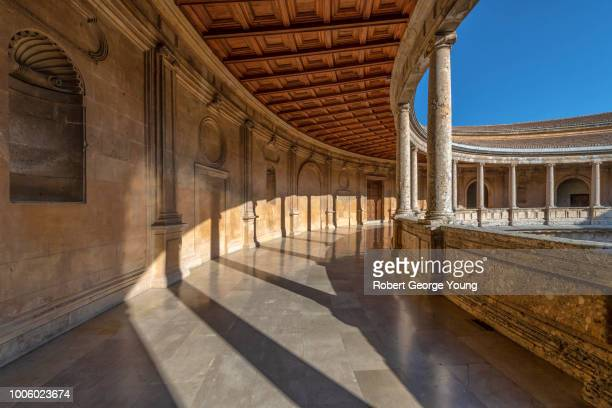 2nd story walkway or gallery around the circular courtyard of charles v (palacio de carlos v), alhambra, a moorish fortress complex in granada, andalusia, spain - {{asset.href}} stockfoto's en -beelden