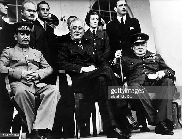 2Weltkrieg Konferenz von teheran 2811Fototermin in der sowjetischen Botschaftsitzend von links der sowjetischeStaatschef Josef Stalin...