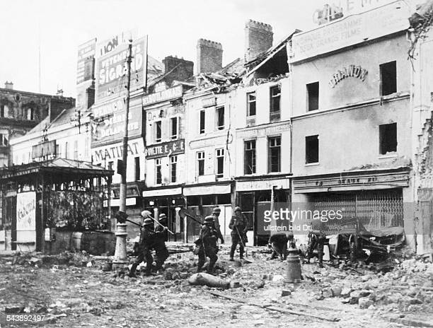 2ww campaign in the west 1005 German soldierrs in Amiens after enemy resistance has been broken about No further information undated Published by...