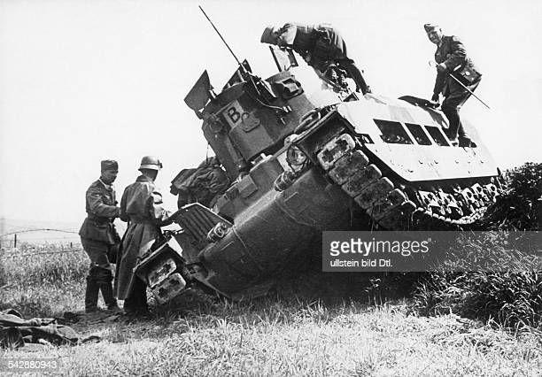 2ww campaign in the west 1005 German soldiers inspecting a wrecked british tank on Lorette heights flandersend of May 1940