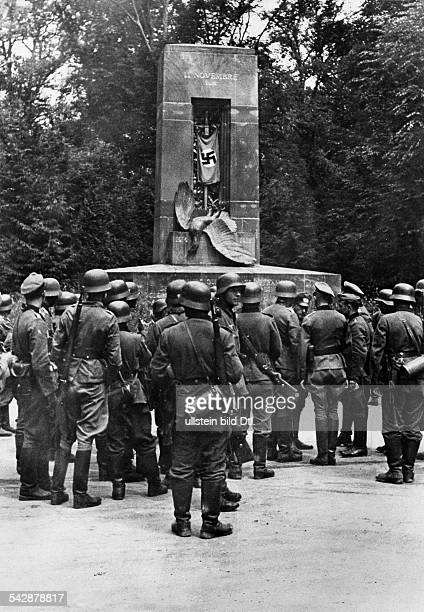 2ww campaign in the west 1940 German troops in compiegne forest The svastika flag at the victory memorial of 1918