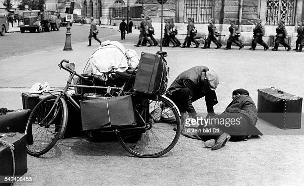 2wwcampaign in the west 1005 After german entry into Paris refugees inthe strets about