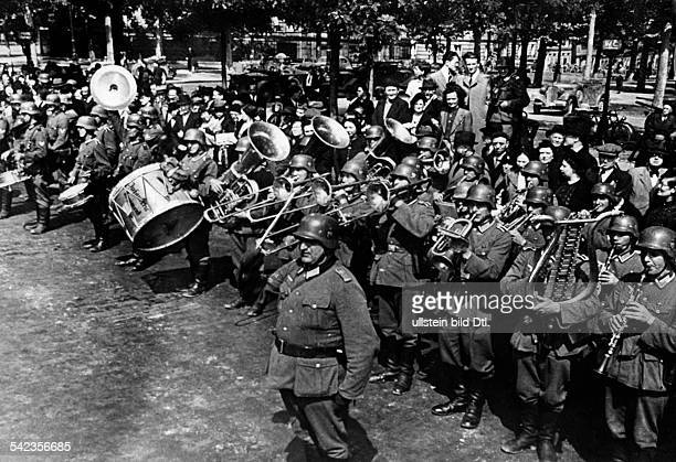 2wwcampaign in the west 1940 German entry into Paris Military band at the 'Place de la Concorde'