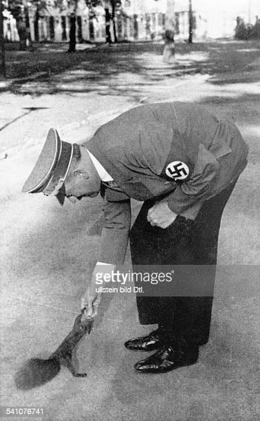 20041889 Politiker NSDAP D füttert ein Eichhörnchen im Garten derReichskanzlei in Berlin veröffentlicht April 1939