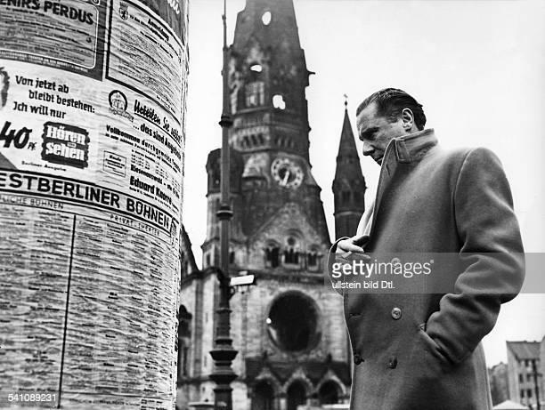 *Regisseur GB in Berlin vor einer Litfaßsäule iH die Gedächtniskirche 1952