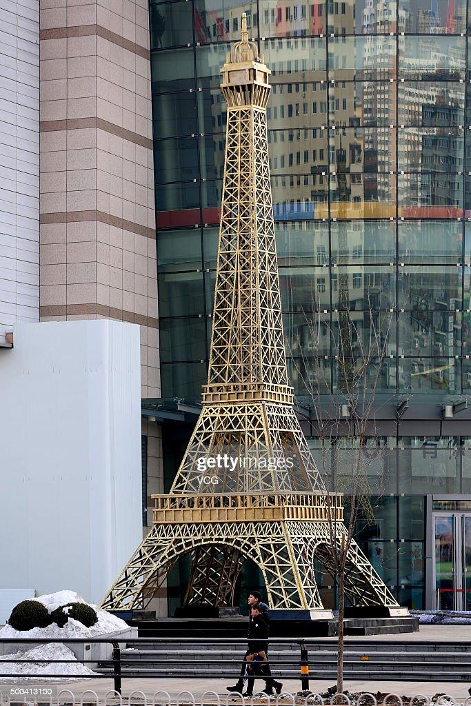 Eiffel Tower Replica Appears In Shenyang : Nachrichtenfoto