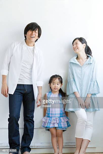30th generation father, 20th generation mother and a little daughter who make pose - fesse enfant photos et images de collection