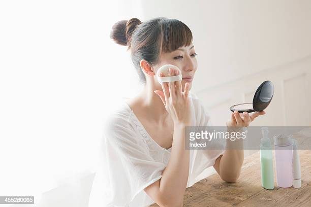 30th generation woman does skin care - メイクアップ ストックフォトと画像