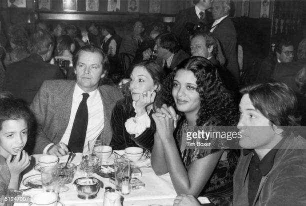 30th January 1977, American actors Jack Nicholson and Anjelica Huston, sit with American actor Robert De Niro, De Niro's wife, actor and singer...