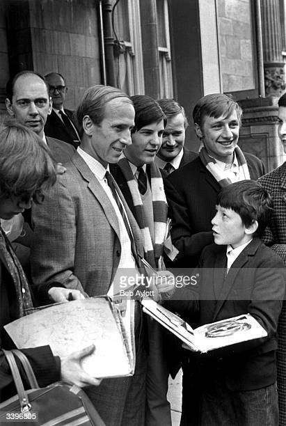 Manchester United footballer Bobby Charlton signs autographs for fans in Manchester following the 41 victory of his team over Benfica in the final of...