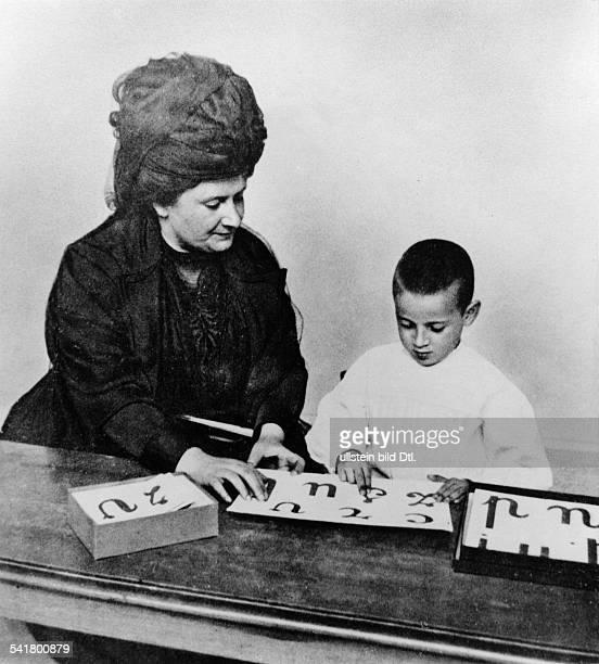 *31081870Ärztin Pädagogin Italienunterrichtet einen Jungen Originaltext Knabe die Buchstaben aus Sandpapier berührend unter Anleitung von Dottoressa...