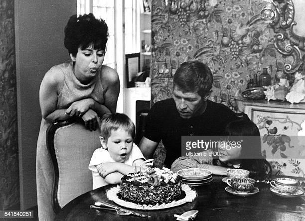 *Filmschauspieler USAmit seiner Frau Beverly Kelly deren Tochter Lisa und dem gemeinsamen Sohn James 1967