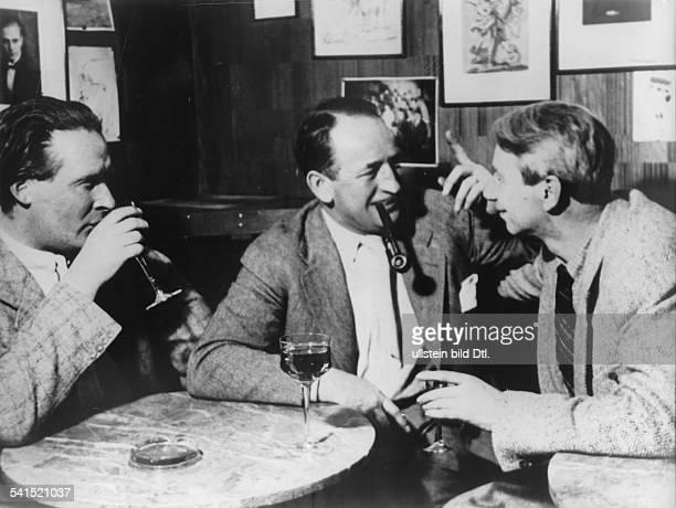 *31121881Bildender Künstler Maler Graphiker Dmit den Malern Bruno Krauskopf und Willy Jaeckel in der 'Taverne' in Berlin 1932