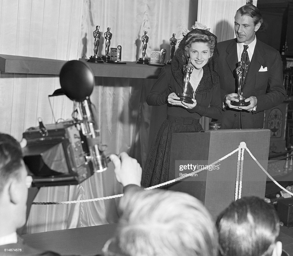 Fontaine And Cooper Holding Oscars : News Photo