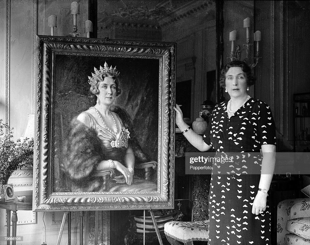 31st July 1938, Queen Ena of Spain poses with a portrait painted of her by artist Tosti Russell : News Photo