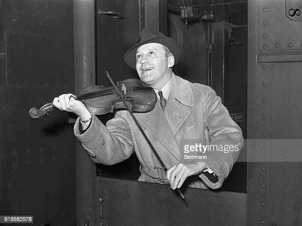 3/24/1938New York NY Jack Benny of the airwaves adds a few squeaks to the general hubbub in Grand Central Station on his arrival here March 24th