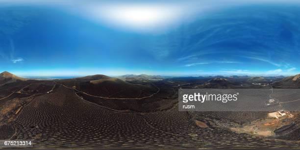 360 x 180 grados completo esférica (equirectangular) panorama aéreo de vinos valle de la geria, lanzarote, islas canarias - vr 360 fotografías e imágenes de stock