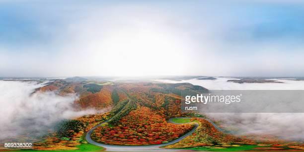 360 x 180 grados esféricos (equirectangular) panorama aéreo de otoño camino forestal desciende en niebla de la mañana. mosele valle, alemania. - vr 360 fotografías e imágenes de stock