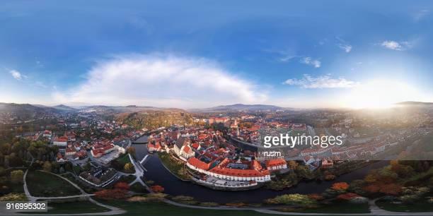 360 x 180 degrés photographie panoramique aérienne de cesky krumlov. - 360 degree view photos et images de collection