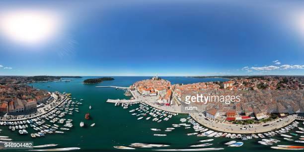 360 x 180 度港や旧市街ロヴィニの球の空中パノラマ。イストリア半島、クロアチア。 - 全天周パノラマ ストックフォトと画像