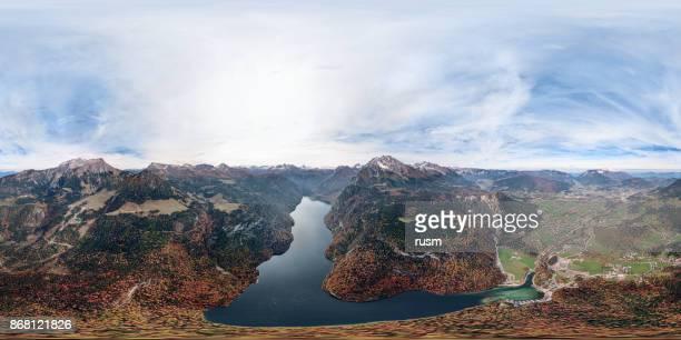 360 x 180 grados esféricos (equirectangular) panorama aéreo del lago Konigsee y Parque Nacional de Berchtesgaden en otoño, Alemania.
