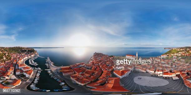 360 x 180 degrés sphérique (équirectangulaire) aerial panorama du port de plaisance et la vieille ville de piran, slovénie - 360 degree view photos et images de collection