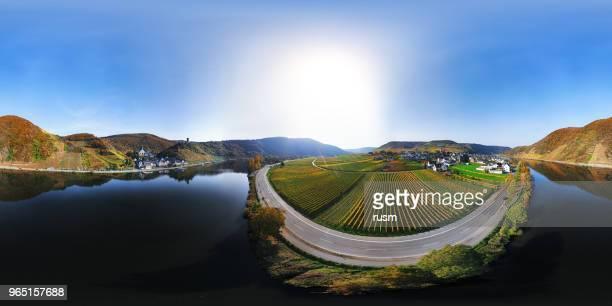 360 x 180 degrés sphérique (équirectangulaire) aerial panorama du vignoble de la vallée mosel à l'automne, rhénanie-palatinat, allemagne - 360 degree view photos et images de collection