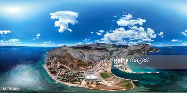 360 x 180 grados esféricos (equirectangular) panorama aéreo de omis resort, costa dálmata, croacia - vr 360 fotografías e imágenes de stock