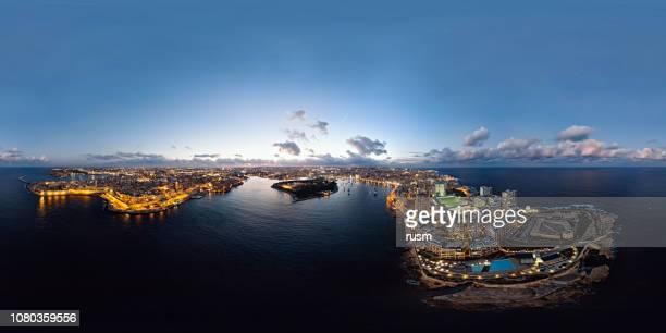 360 x 180 degrés sphérique (équirectangulaire) aerial panorama de la vieille ville de la valette et sliema resort au coucher du soleil, malte - 360 degree view photos et images de collection