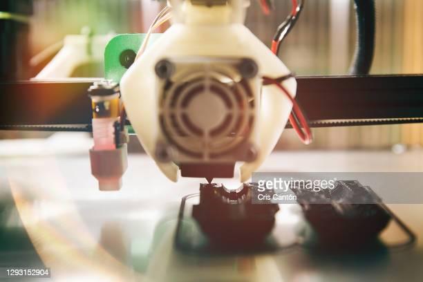 3d printer machine printing prototype - cris cantón photography fotografías e imágenes de stock