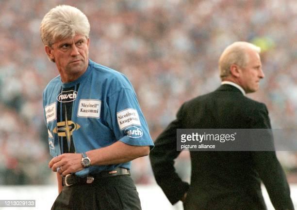 Löwe Werner Lorant und Giovanni Trapattoni zwei Feldherren mit weißen Haaren und sehr ernsten Mienen am 451997 am Rande des Spielfeldes im Münchner...
