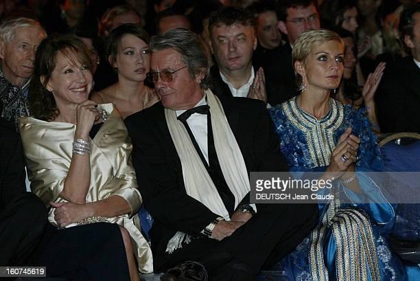 3rd International Film Festival Of Marrakech Troisième édition du Festival du cinéma de MARRAKECH Alain DELON plaisantant avec Nathalie BAYE assis...