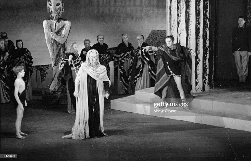 Laurence Olivier as Oedipus denounces the blind seer Tiresius, played by Ralph Richardson (1902 - 1983), in a dramatic scene from Sophocles' tragedy. Original Publication: Picture Post - 3030 - Oedipus Rex A Great Greek Tragedy - pub. 1945
