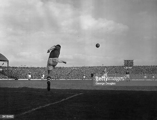 Middlesbrough's Italianborn Scottish goalkeeper Rolando Ugolini hefts the ball up field from a goal kick as Chelsea play Middlesbrough Original...