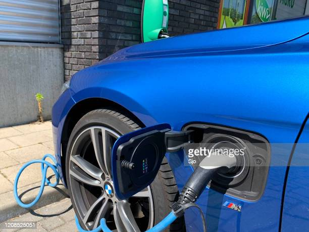"""bmw 3-serie 330e plug-in hybride luxe sedan bij een electic voertuiglaadstation - """"sjoerd van der wal"""" or """"sjo"""" stockfoto's en -beelden"""
