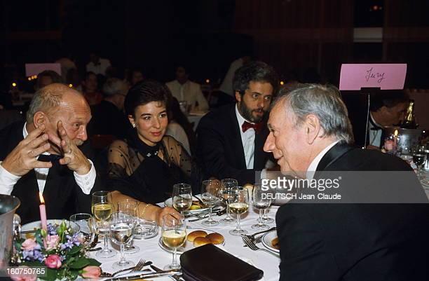 40th Cannes Film Festival 1987 Le 40ème Festival de CANNES se déroule du 7 au 19 mai Yves MONTAND président du jury lors d'un dîner discutant avec un...